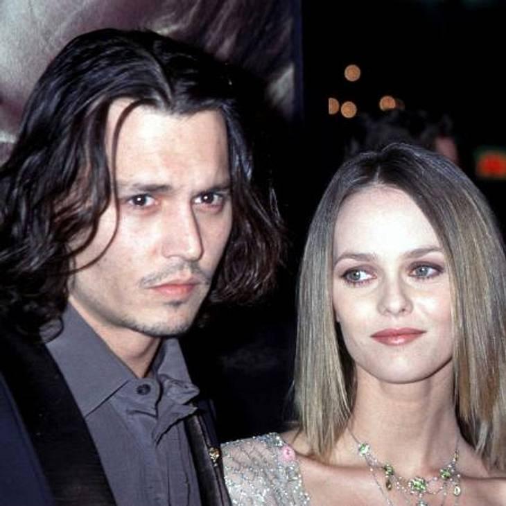 """Johnny Depp und Vanessa Paradis: Bilder einer LiebeDoch nun erwischte es auch sie: Die beiden """"haben sich freundschaftlich getrennt"""", teilte Johnny Depps Sprecher mit. Schon seit Monaten kursierten Gerüchte, dass es zwischen Johnn"""