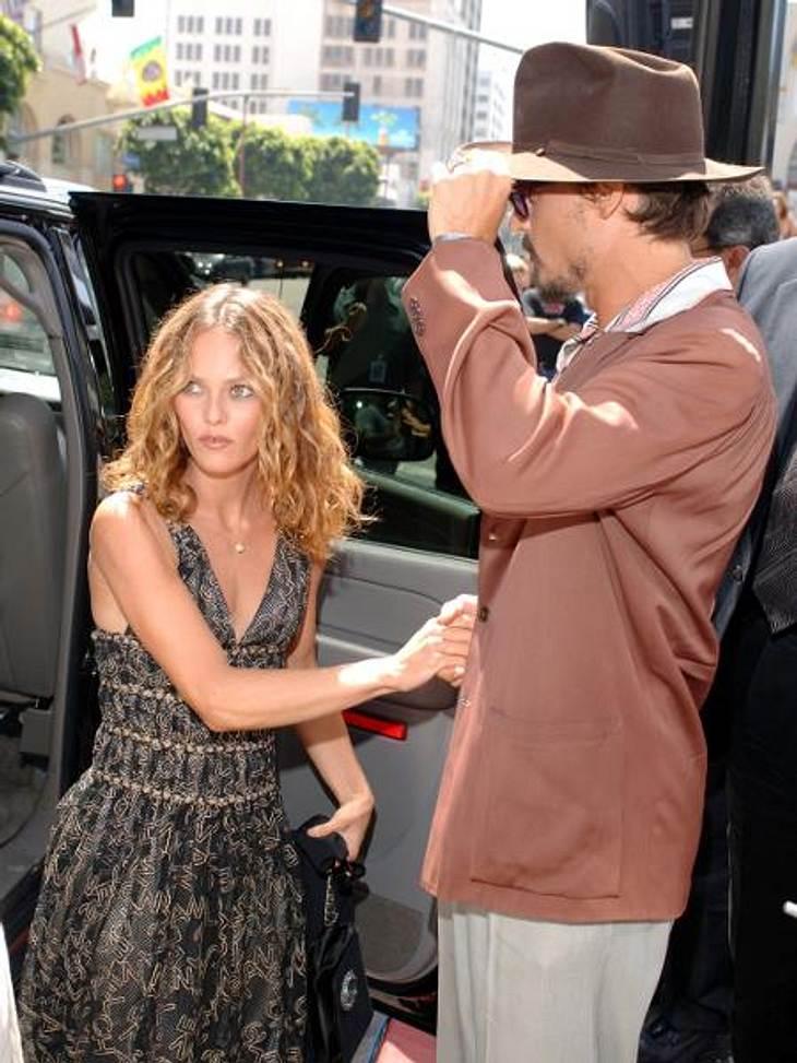 Johnny Depp und Vanessa Paradis: Bilder einer LiebeIm Mai vergangenen Jahres tauchten dann auch noch Bilder auf, die Johnny Depp beim Knutschen mit einer anderen zeigten. Auch seine Schauspieler-Kollegin Amber Heard (26) soll es ihm angetan