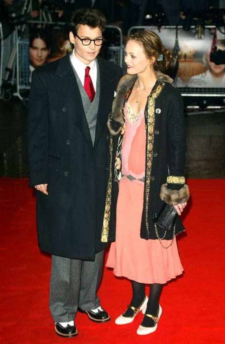Johnny Depp und Vanessa Paradis: Bilder einer LiebeIn den 90er Jahren galt Johnny Depp als das Enfant Terrible Hollywoods. Der Kino-Rebell experimentierte mit Drogen, war mit berüchtigten Rockern befreundet und betrieb den Grunge-Club &quot
