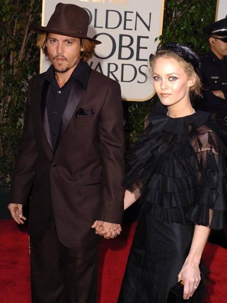 """Johnny Depp und Vanessa Paradis: Bilder einer LiebeDie beiden wurden einander 1993 im Haus eines gemeinsamen Freundes in Frankreich vorgestellt. Als Johnny Depp 1998 für Dreharbeiten zum Film """"Die neun Pforten"""" wieder in Frankreic"""