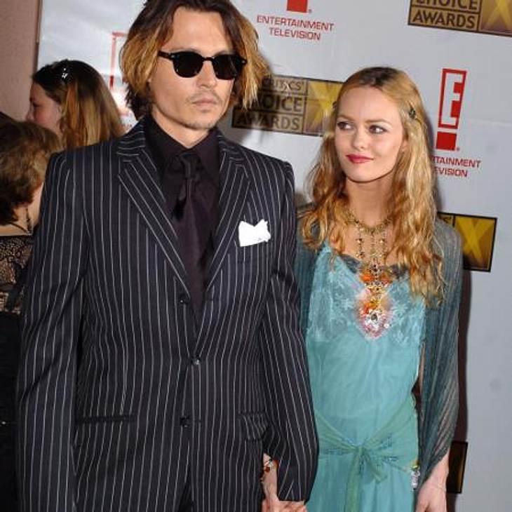 Johnny Depp und Vanessa Paradis: Bilder einer LiebeNur ein Jahr später, am 27. Mai 1999, kommt ihr erstes gemeinsames Kind, Töchterchen Lily-Rose, zur Welt. Am 9. April 2002 bringt Vanessa Sohn John, genannt Jack, zur Welt.