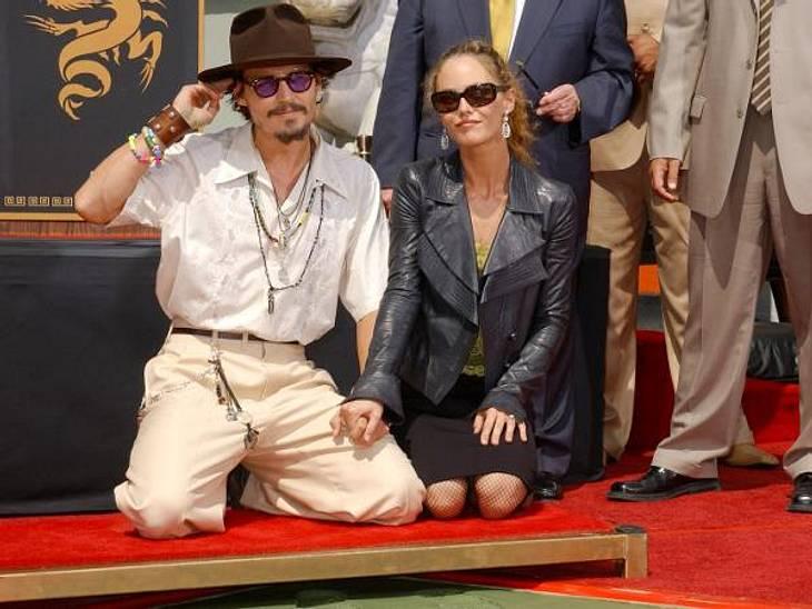 Johnny Depp und Vanessa Paradis: Bilder einer LiebeAuch als der Schauspieler sich am 16. September 2005 mit seinen Hand- und Fußabdrücken vor dem Grauman's Chinese Theatre in Hollywood verewigt, begleitet ihn Vanessa Paradis.