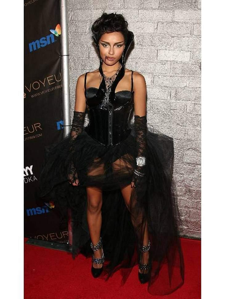 Katerina Graham als wilde Vampirin.