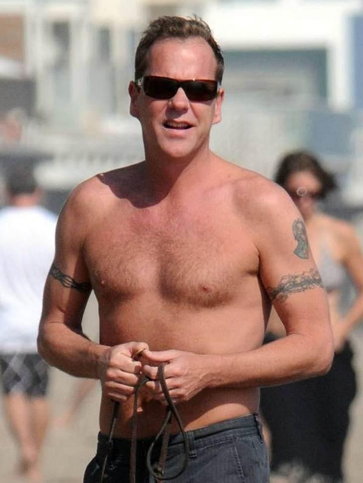 """Stars nackt: Heiße Promi-Männer oben ohneMit seinen 44 Jahren kann sich  Kiefer Sutherland (""""24"""") noch sehen lassen. Der Schauspieler wurde bei seiner Serie """"24"""" auch körperlich sehr gefordert."""