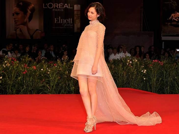 """Bei der Premiere von """"Norwegian Wood""""  trug Schauspielerin Kiko Mizuhara ein Kleid mit Schleppe von Valentino."""
