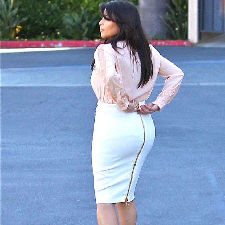 Kim Kardashian muss immer wieder ihren Rock schliessen