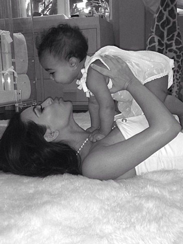 Kim Kardashian ist total vernarrt in Töchterchen Nori