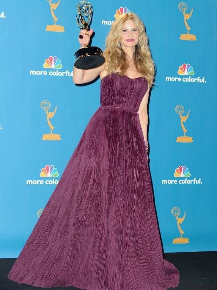 """Kyra Sedgwick - im eine bordeaux-farbenen Robe - bekam den Emmy als beste Hauptdarstellerin in einer Drama Serie für """"The Closer""""."""