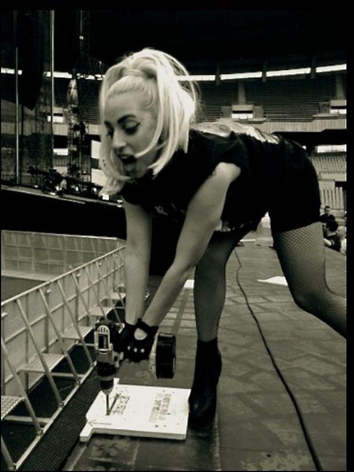 Lady Gaga: Ihre LügenweltUnd auch Lady Gagas ach so schmuddeligen Auszieh-Auftritte und das ewige Gejammer darüber, dass sie vor lauter Einsamkeit beinahe depressiv geworden wäre - laut Halperin sind das ebenfalls nur geschickt eingefädelte
