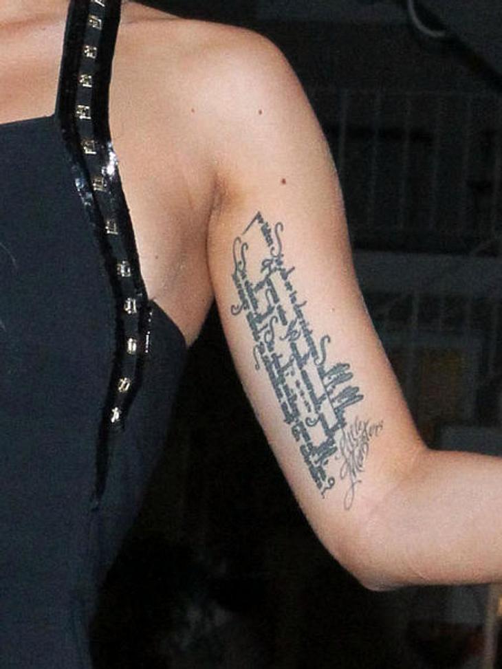 Die Tattoos der Stars: Diese Bilder gehen unter die HautDieser auffällige Text am linken Oberarm könnte dem ein oder anderen Fan schonmal bei einem Auftritt dieser Lady begegnet sein.