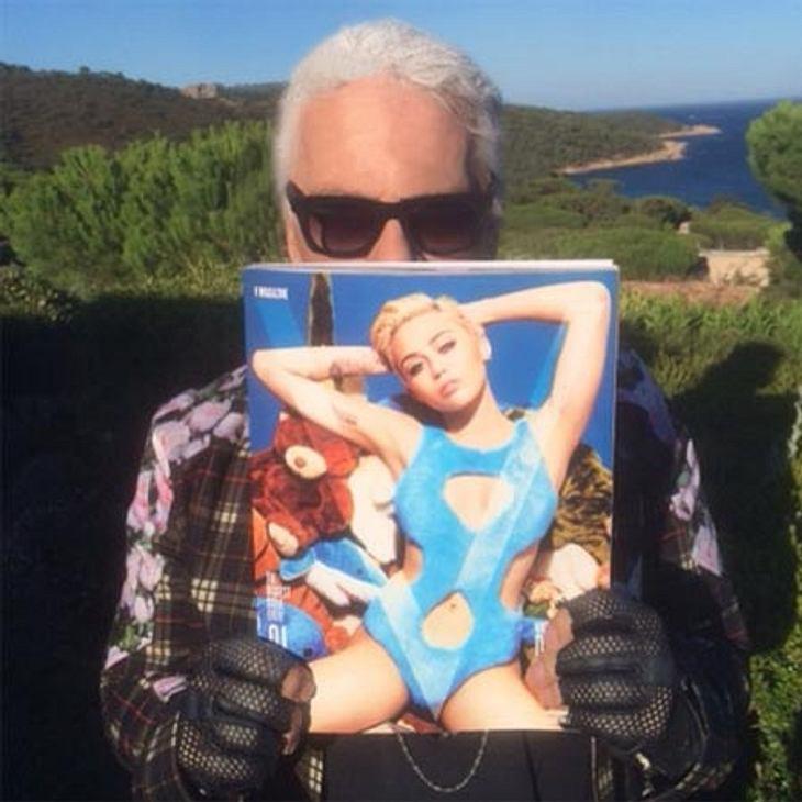 Karl Lagerfeld zeigt stolz sein Werk