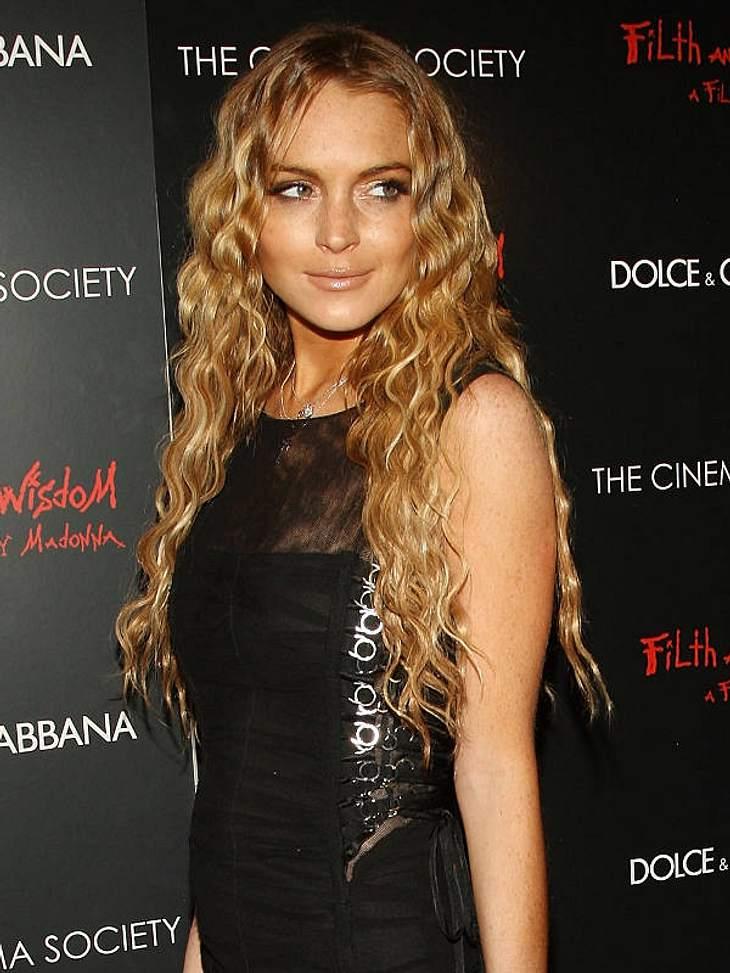 Doppelgänger: Die doppelten VIP-LottchenWeil er scheinbar direkt danach zu Lindsay Lohan fuhr, um ihr den gleichen Look, für das gleiche Event zu verpassen. Autsch!