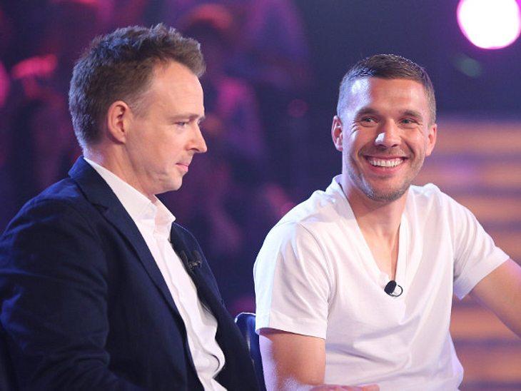 Lukas Podolski (rechts) wird von Koch Holger Stromberg unterstützt