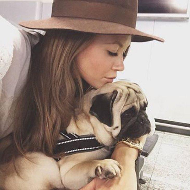 Mandy Capristo kuschelt mit ihrem Mops Don Capone
