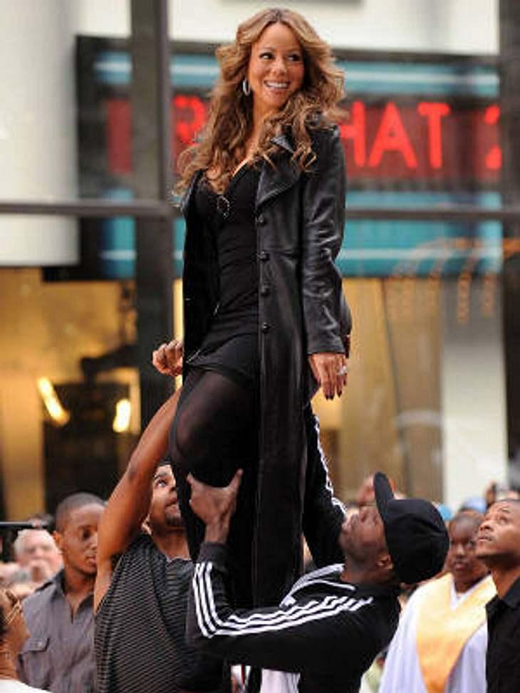 """Während sie im letzten Jahr das Video zur Single """"Shake It Off"""" drehte, ließ Mariah Carey sich auf Händen tragen: Ein Assistent musste sie den ganze Tag über die gesamte Filmkulisse hin und her schleppen. Die in der ersten Szene g"""
