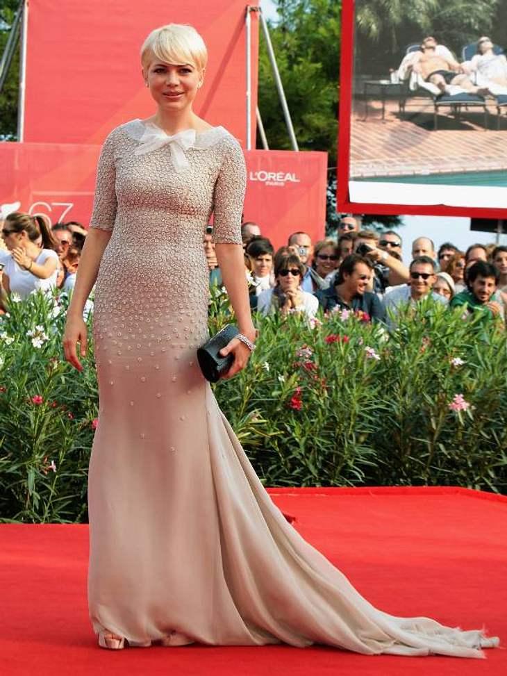 """Schauspielerin Michelle William kam zur Premiere von """"Meek's Cutoff""""in einem bezaubernden, nudefarbenen Kleid von Jason Wu über und über mit Perlen bestickt."""