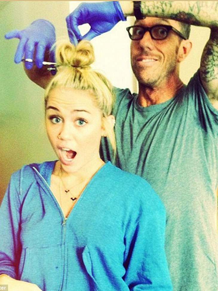 Haare ab! - Die neue Frisur von Miley CyrusSchnipp schnapp, Haare ab! Miley Cyrus (19) hat ihre Frisur in den vergangenen Wochen Schritt für Schritt verändert. Erst wurden sie immer kürzer, dann immer blonder. Seit vergangener Woche zählte