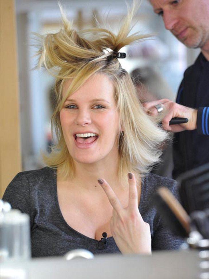 """Gut gelaunt lässt sich Monica Ivancan für ihren großen Auftritt auf der """"Mamma Mia""""-Bühne stylen und frisieren!"""