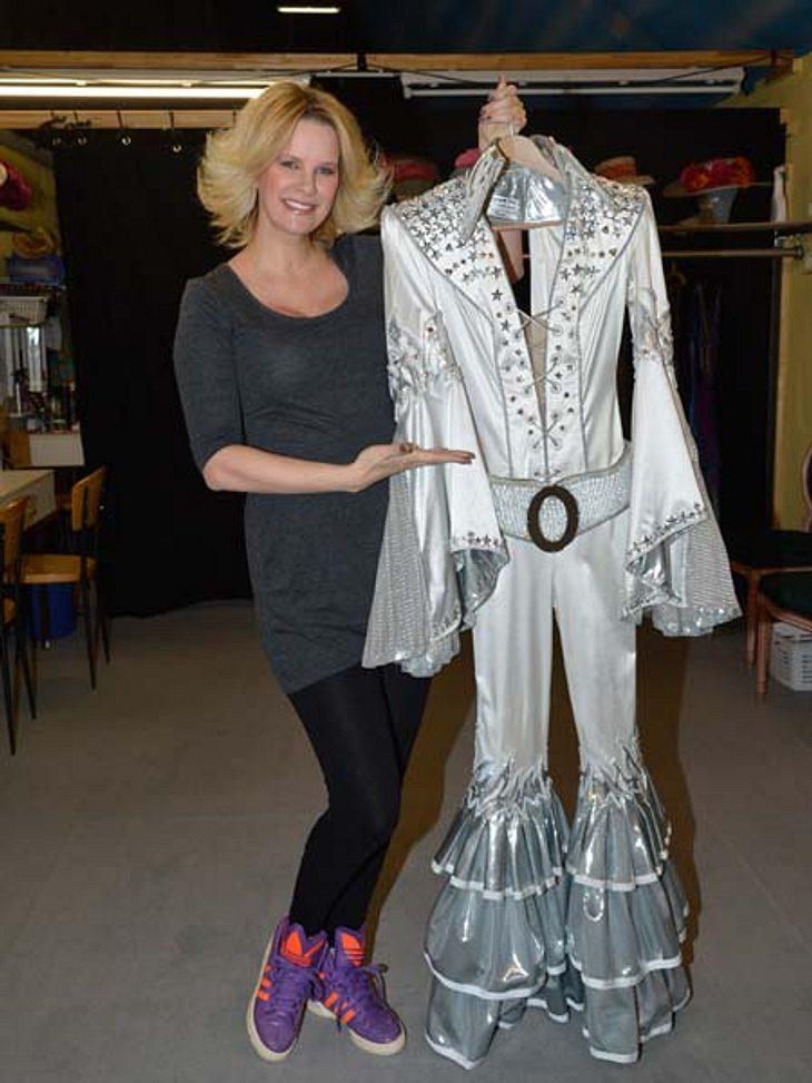 Da ist es: Das glamouröse ABBA-Kostüm ganz in silber und mit viel Glitzer!