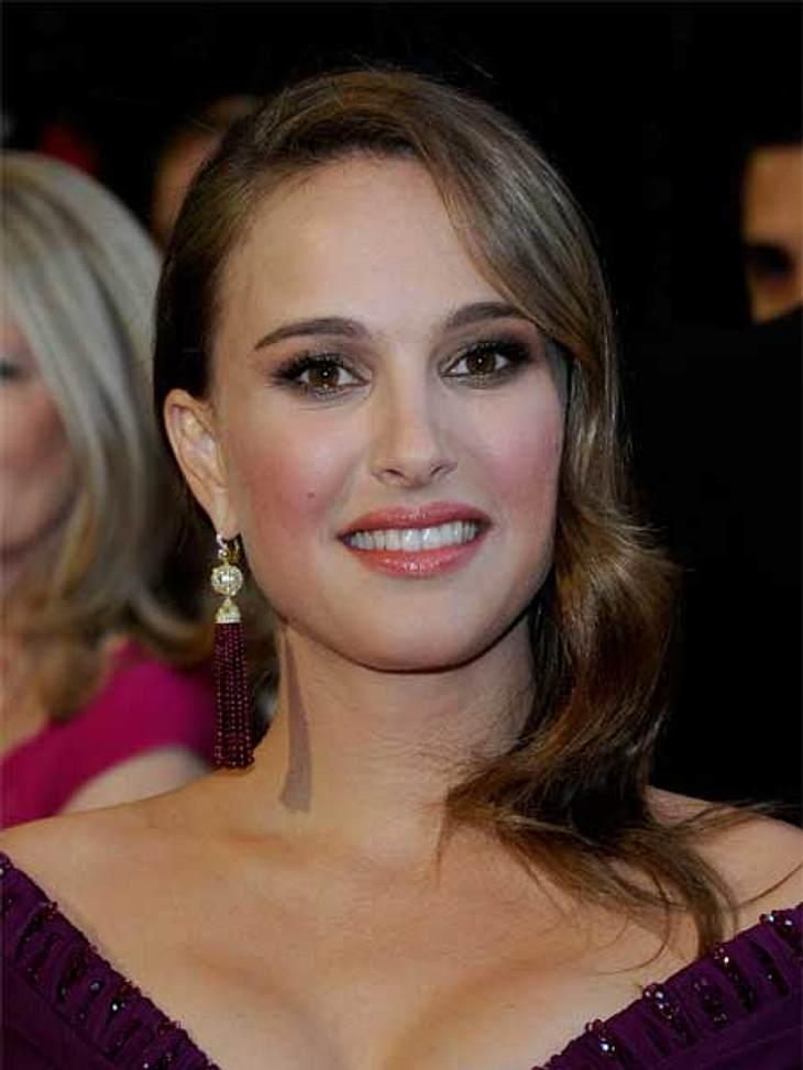 """Stars und ihre DoppelgängerHey, mich gibt es gleich zweimal! Von den braunen Haaren bis zum Bambi-Blick - """"Black Swan""""-Darstellerin Natalie Portman (31) sieht ihrer vier Jahre jüngeren Schauspielkollegin Keira Knightley (27) wirkl"""