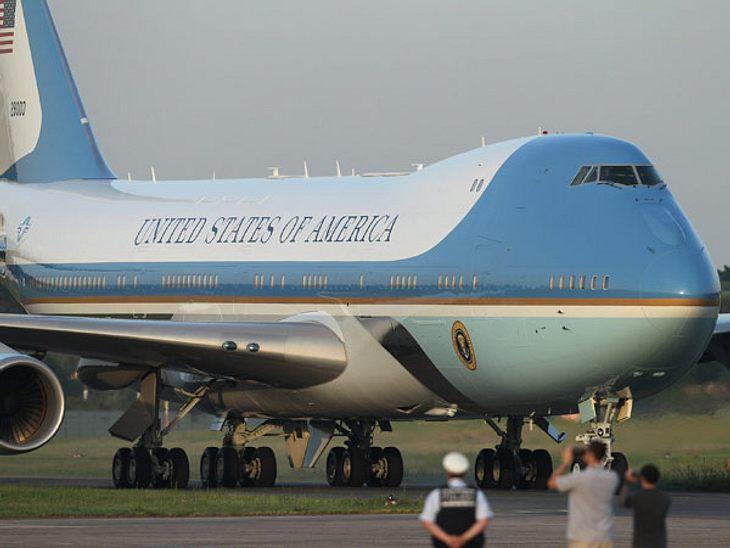 """Barack Obama besucht Berlin - Air Force OneEs beginnt bereits kompliziert mit der Anreise. Obama reiste in der """"Air Force One"""" nach Berlin - einer umgebauten Boeing 747. Das Flugzeug des Präsidenten ist bestens gewappnet gegen Ang"""