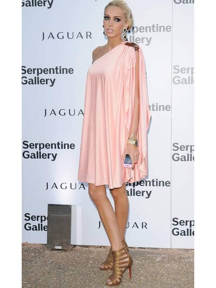 Stars lieben Luxus: Luxus-HausÜbertrumpfen kann das nur ihre Schwester Petra Ecclestone. Nicht nur, dass sie für ihr Haus pralle 100 Millionen Euro bezahlt hat. Sie hat die Scheinchen auch noch bar auf den Tisch gelegt.