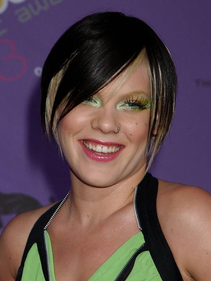 """Frisuren-Chamäleon Pink - Die schrägsten LooksZwar noch zweifarbig, aber mit weniger blonden """"Strähnchen"""" scheint sie doch etwas glücklicher zu sein."""