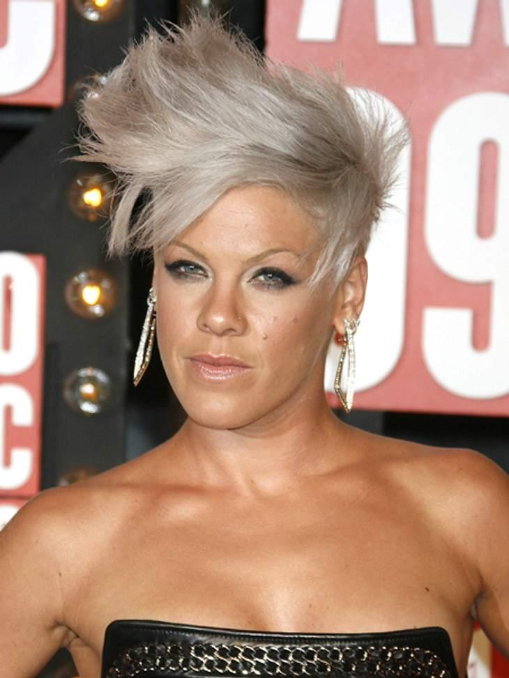 Frisuren-Chamäleon Pink - Die schrägsten LooksVom Winde verweht und mit viel Haarspray fixiert - so könnte man diesen Style beschreiben.