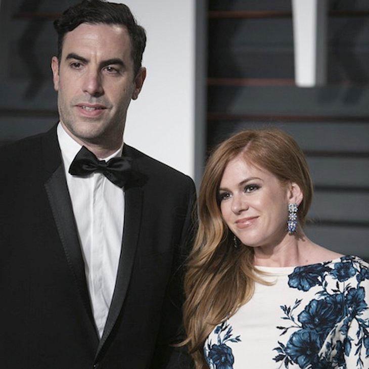 Sacha Baron Cohen und Isla Fisher freuen sich über einen kleinen Jungen