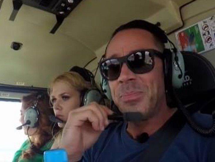 Sara Kulka scheint von dem Flug im Helicopter nicht allzu begeistert