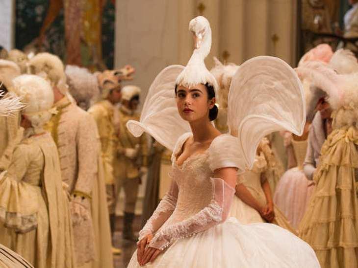 Spieglein, Spieglein: Exklusive SzenenbilderSchneewittchen im Schwanenkostüm auf dem königlichen Ball.