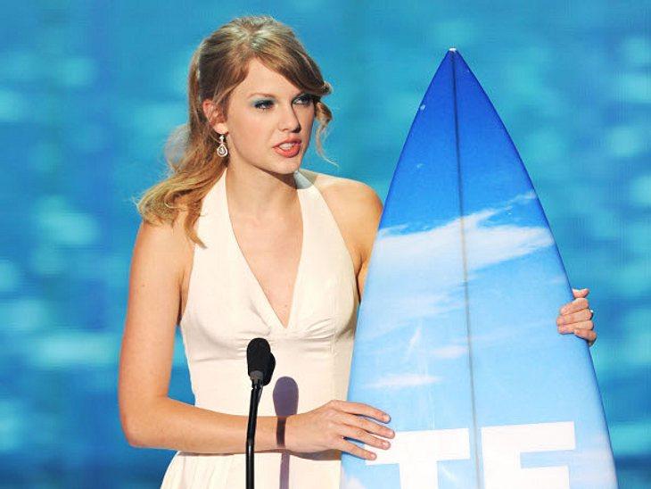 """Abergläubische StarsFür viele ist sie eine absolute Pechzahl. Sängerin Taylor Swift (22) ist aber wie besessen von der 13! """"Sie hat diese verrückte Beziehung zu die ser Zahl schon seit ihrer Kindheit"""", berichtet ein Kumpel. Deshal"""