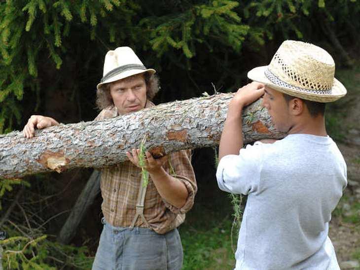 """""""Die Alm - Promischweiß und Edelweiß"""": Die HighlightsLeider war gerade Manni dabei etwas übermütig und einer seiner Bäume hätte Gina-Lisa und Rolf treffen können, die gerade ihre Statements in die Kamera gaben. Manni aber sah das"""