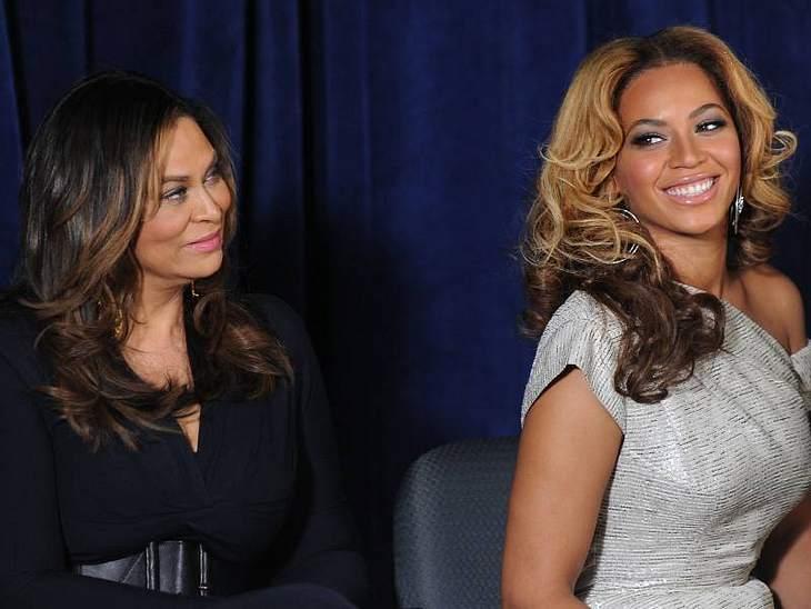 """Auch Beyoncé Knowles Mutter Tina hatte Anteil an der Karriere ihrer Tochter. Sie designte und fertigte die Bühnenoutfits für ihre ehemahlige Gruppe """"Destiny's Child"""".Stars: Mutter und Tochter"""