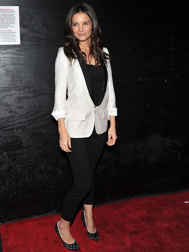 Stars lieben den Schwarz-weiß-TrendSchwarz-weiß vom Kopf bis zur Schuhsohle: Katie Holmes in einer Smoking-Jacke, schwarzer Zigarettenhose und Pünktchen-Pumps.