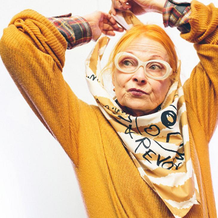 Vivienne Westwood posiert mit Tuch