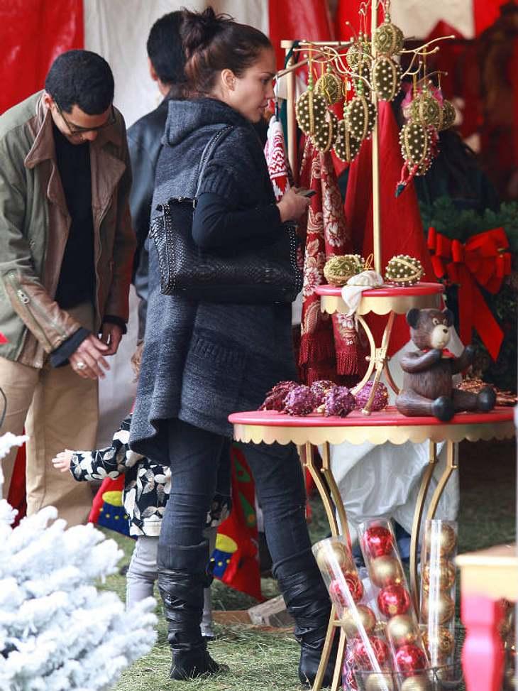 Jessica Alba beim Last-Minute-Shopping: In diesem Jahr feiert sie das erste Mal zusammen mit Töchterchen Honor.