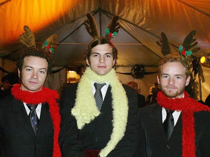 """Drei Rudolfs auf der Weihnachtsfeier: Beim Wiedersehen mit seinen alten """"Die wilden Siebziger""""-Kumpels Danny Masterson und Chris Masterson, gibt es für Ashton Kutcher und Co den Rentier-Einheitslook."""