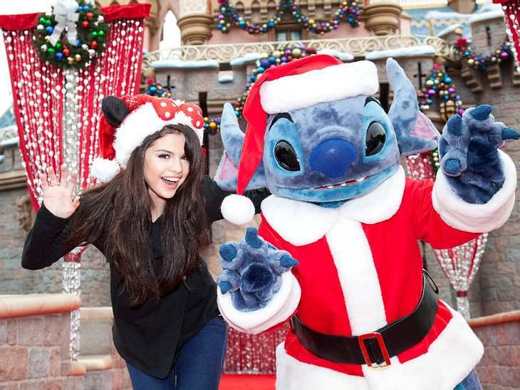 """Die beiden Disney-Stars Selena Gomez und """"Santa""""-Stitch erschrecken die Gäste der """"Christmas Day Parade"""" im kalifornischen Anaheim."""