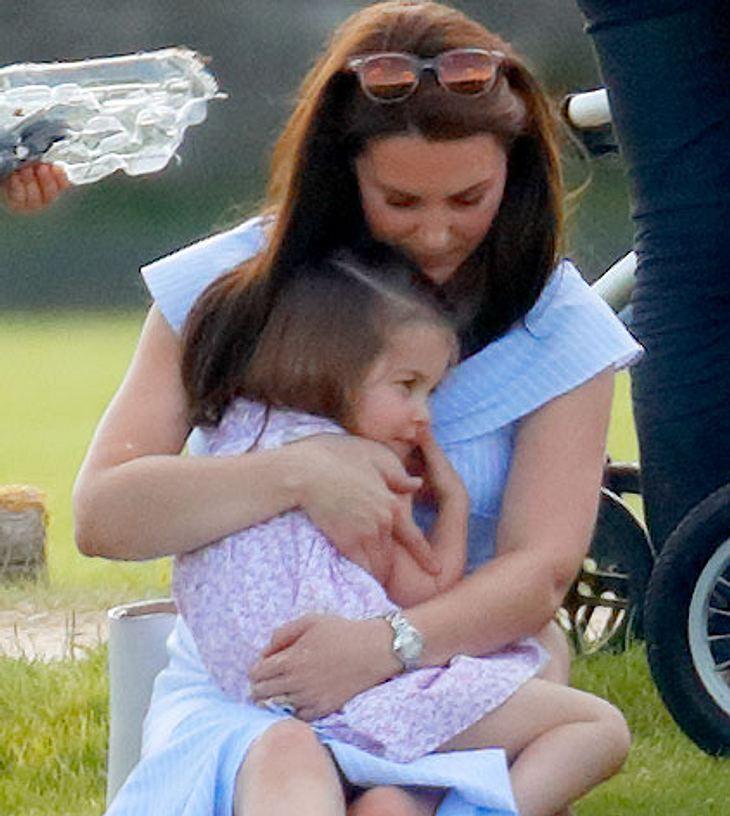 Herzogin Kate tröstet Tochter Prinzessin Charlotte