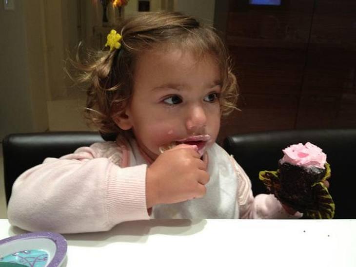 Ganz die Mama! So süß sind die Kinder der ModelsDiese Topmodel-Tochter hat sich das Kalorienzählen offenbar noch nicht bei ihrer berühmten Mutter abgeschaut und futtert hingebungsvoll den rosafarbenen Cupcake...