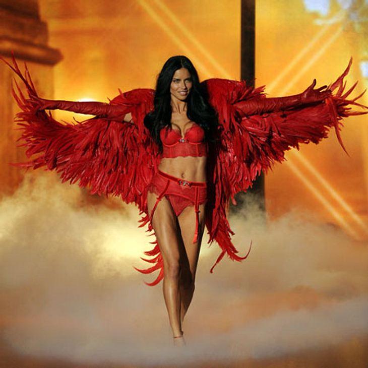 Victoria's Secret 2013 - So sexy und spektakulär war die ShowAdriana Lima feurig heiß in roten Dessous. Als Teufelchen macht sie eine gute Figur...