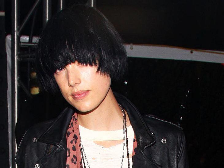 Agyness Deyn trägt ihre Haare wieder schwarz - und verliert glatt den Durchblick!