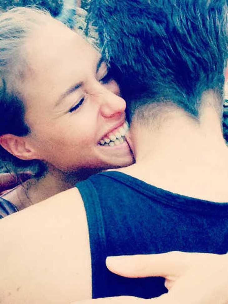 Alena Gerber knabbert einen Mann an.