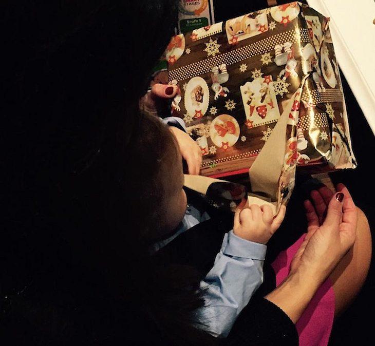 Süßes Lombardi-Weihnachtsfoto: Baby Alessio packt sein erstes Geschenk aus