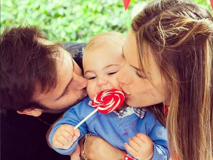 Zuckersüß! Während Alessandra Ambrios Söhnchen seinen Lolly fest im Griff hat, finden seine Eltern den kleinen Wonneproppen einfach nur zum Anbeißen!