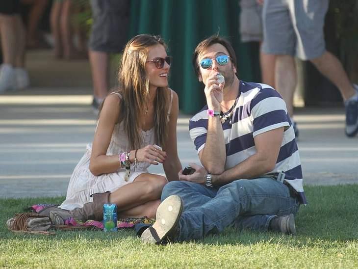 Coachella Festival Mal ohne Kind: Topmodel  Alessandra Ambrosio mit ihrem Mann ganz chillig im Gras.