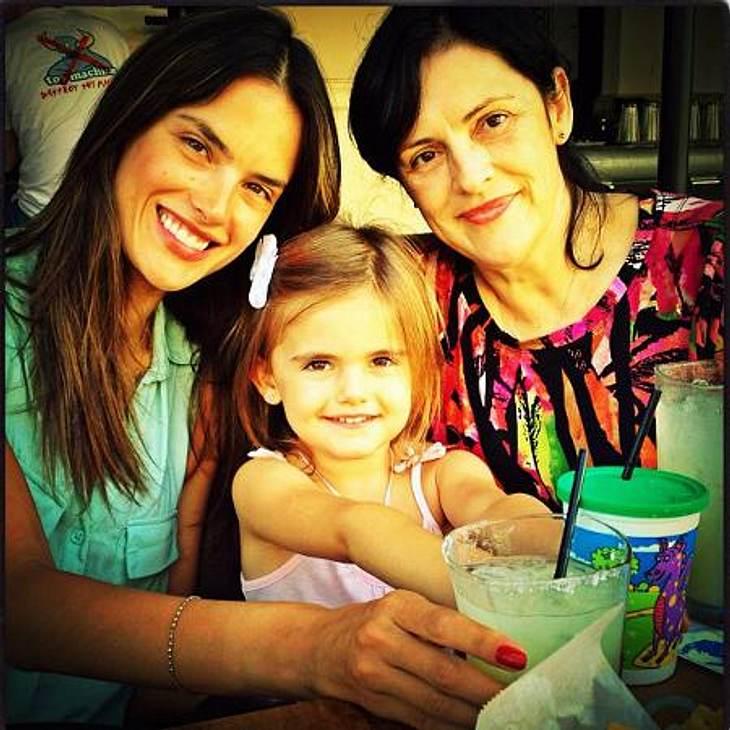 """Die besten Twitter-Bilder der Stars im AugustUnd jetzt alle: Cheeeeese! """"Victoria's Secret""""-Engel Alessandra Ambrosio (31) twitterte dieses Familienfoto. In der Mitte: ihre goldige Tochter Anja (4)."""