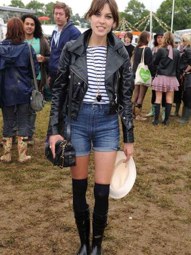 Stars lieben Jeans-ShortsFür It-Girl Alexa Chung ist die Jeans-Shorts ein Muss für jedes Festival: Sexy und praktisch!Mit Overknee-Strümpfen geht's dann sogar wenn's frischer ist.,Der Style von Alexa Chung zum Nachstylen