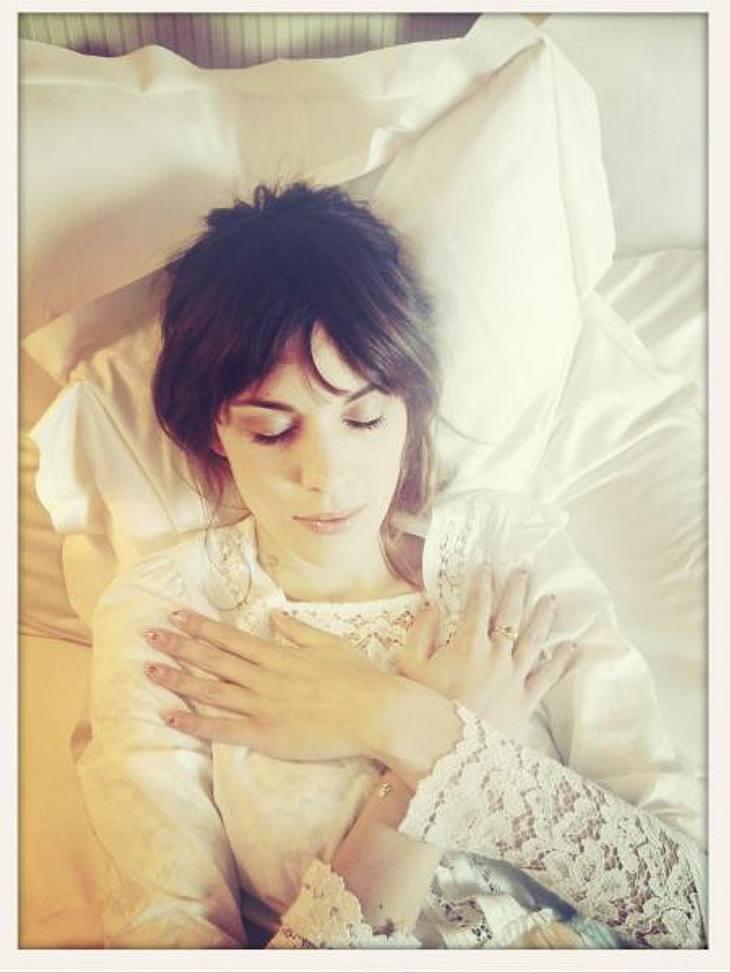 Die verrücktesten Twitter-Bilder der StarsZiemlich makaber, Alexa Chung (28)! Das Model ließ sich im weißen Spitzennachthemd auf dem Totenbett ablichten.
